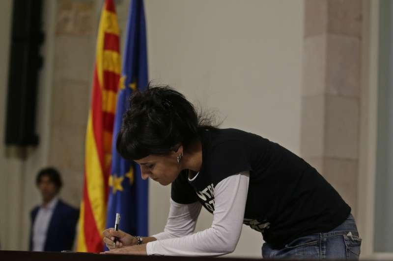 加泰隆尼亞自治區獨派政黨「CUP」領導人蓋布里爾(Anna Gabriel)10日簽署《獨立宣言》(AP)