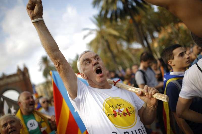 10月10日大批加泰隆尼亞民眾走上首府巴塞隆納街頭,支持加泰隆尼亞民獨立(AP)