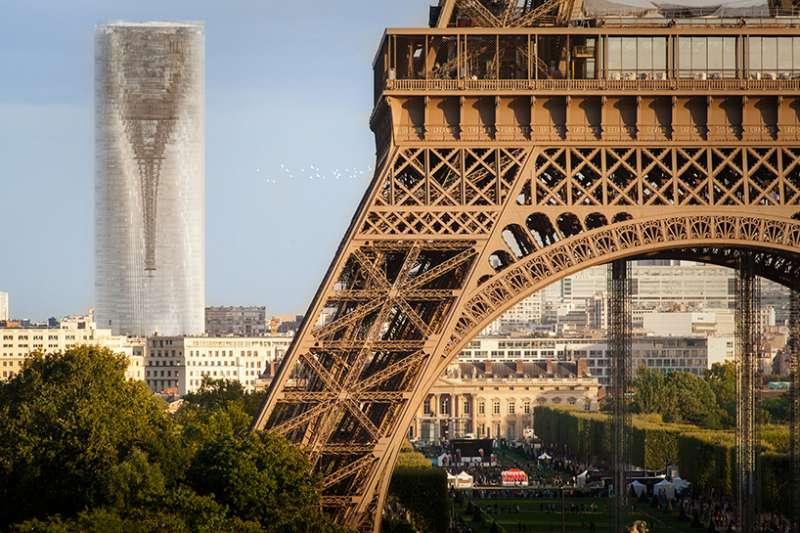 MAD Architects 提出的改造方案非常創新,將巴黎第二高樓改成巨型鏡面,映照整個城市。(圖/取自Designboom,瘋設計提供。)