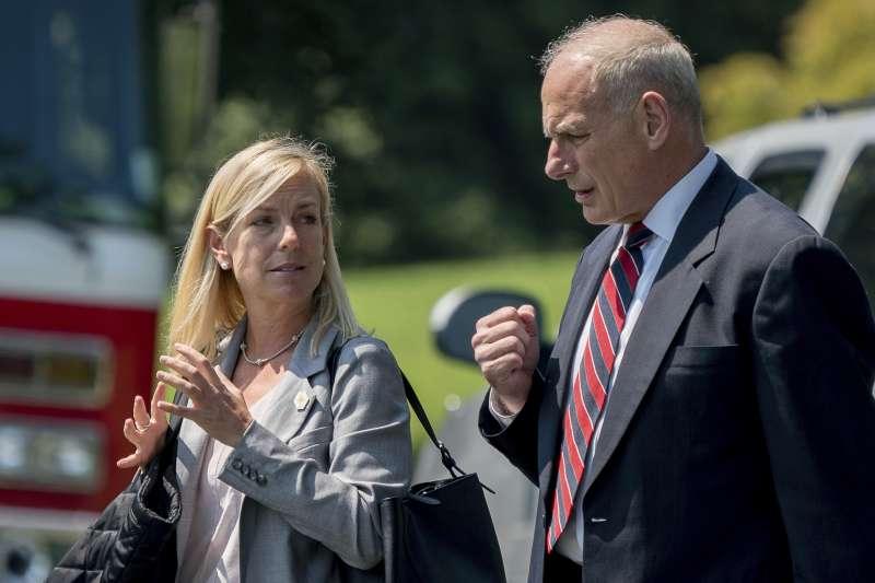 美國總統川普11日提名白宮首席副幕僚長尼爾森(左)為國土安全部新任部長,接下原部長凱利(右)轉任白宮幕僚長的遺缺。