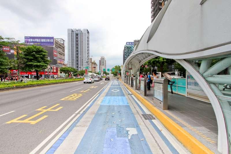 台中市優化公車整體改善計畫, 16日起進行專用道路面刨鋪,各站體內外也將在明年初重新粉刷完成。(圖/台中市政府提供)