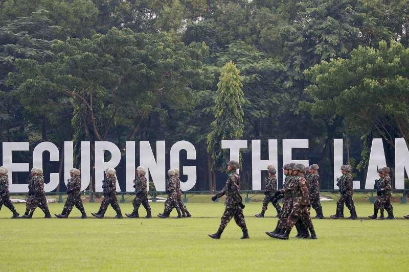 10月5日菲律賓東部達義市進行軍事演習。(美聯社)