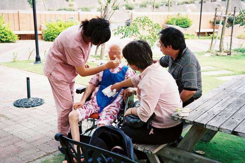 台北市長照機構、安養機構與提供床數,近年數字呈現下滑趨,台北市議員許家蓓認為,跟照護人力不足、流動率高也有關聯。(資料照,取自chia ying Yang@Flickr)