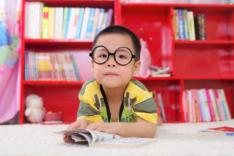 不想強迫孩子閱讀,又怕他們不愛念書,該怎麼辦?專家提出3招絕對讓孩子愛上閱讀,更可以學會批判思考。(圖/jutheanh@pixabay)