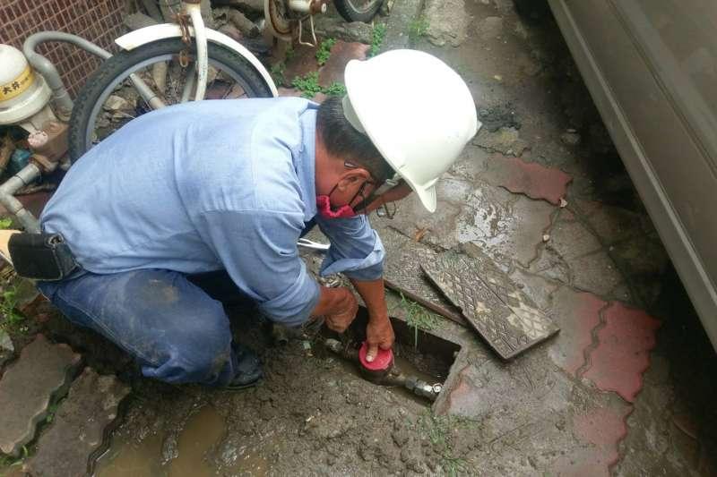 水公司即刻救援,高市鳳山區民眾致謝迅速維修。(圖/經濟部台灣自來水公司第七區管理處提供)