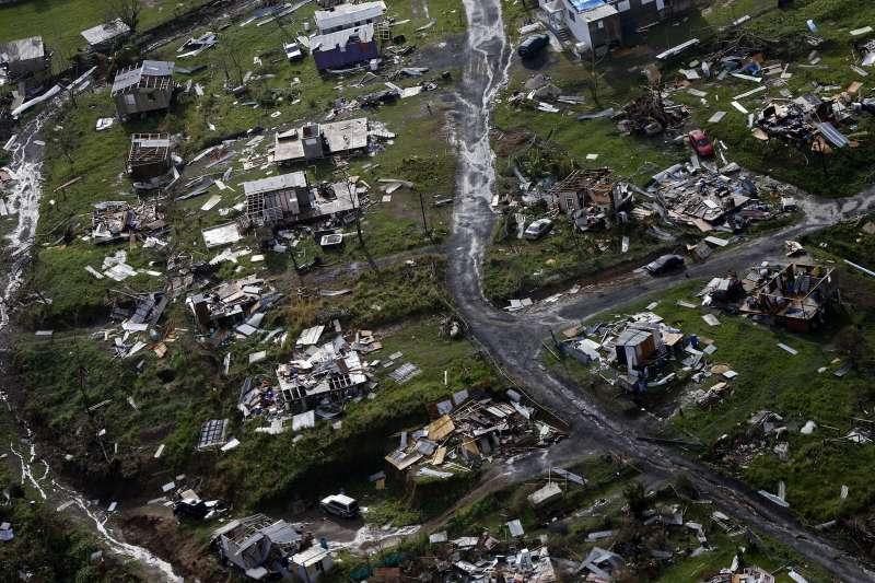 波多黎各連續遭到2個颶風重創,不僅道路、建築、通訊網路嚴重受損,更缺乏水電、飲水、食物等基礎物資。(美聯社)