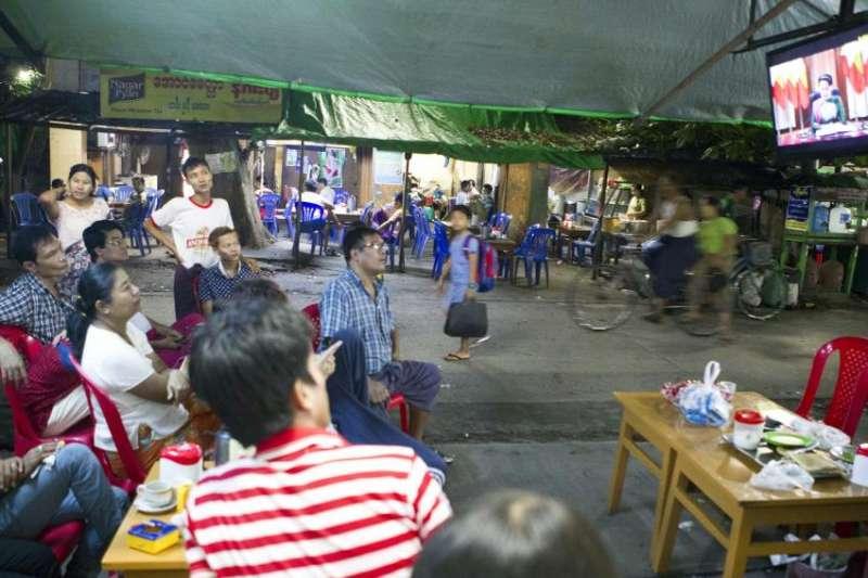10月12日,緬甸仰光一間茶鋪的客人專心看著翁山蘇姬發表電視談話(AP)