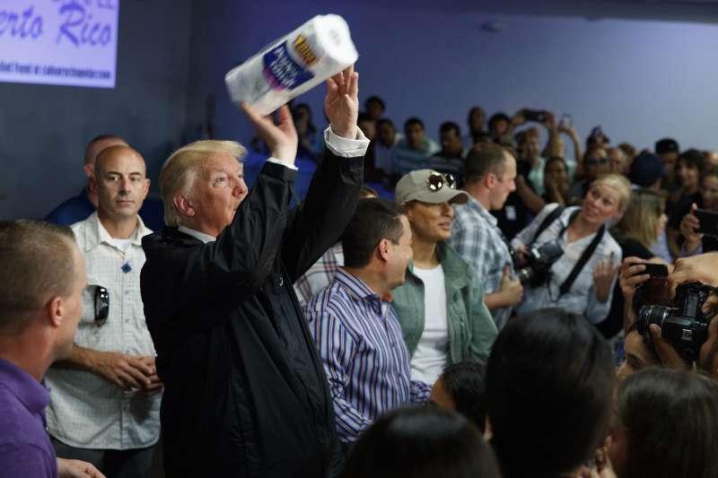 美國屬地波多黎各今年慘遭颶風蹂躪,川普總統勘災時對災民投擲紙巾,遭到各方批評(AP)
