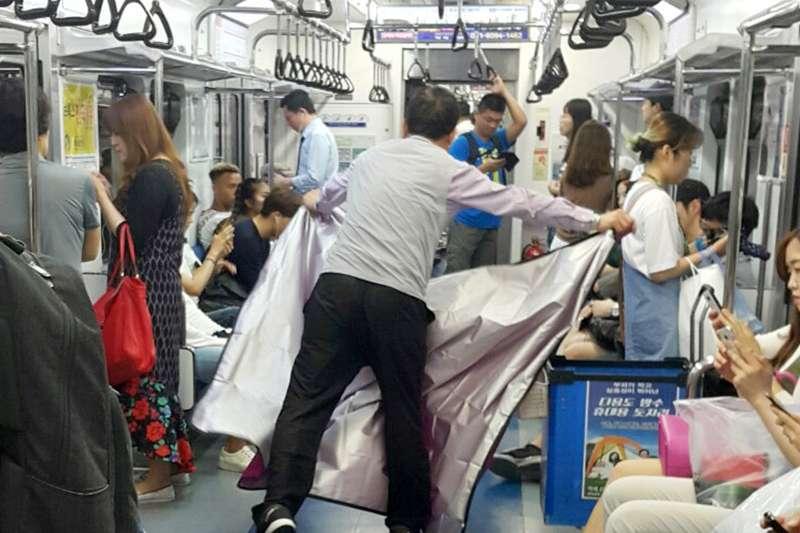 連野餐墊也賣,韓國地鐵真是無奇不有!(圖/八方提供)