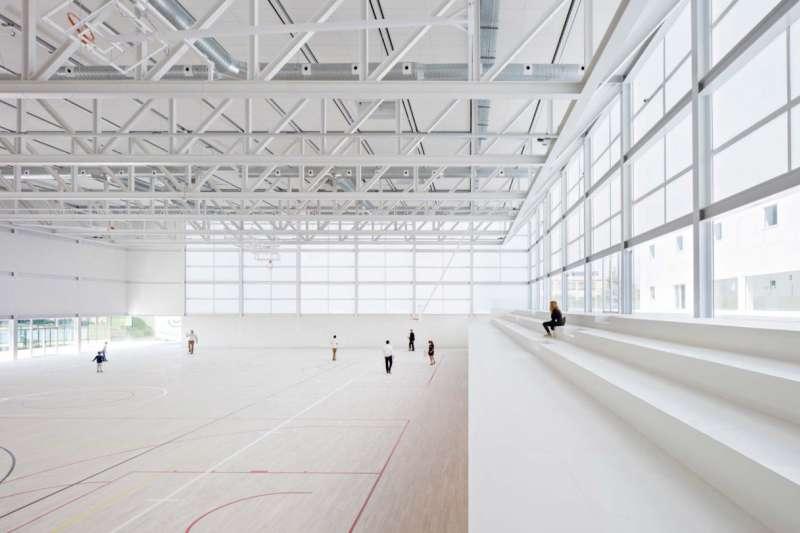 Francisco de Vitoria University 綜合體育館由兩個低矮的盒狀體組成,為了融入周圍環境,建築師Alberto Campo Baezab不讓建物的高度和體積過於高聳龐大。(圖/取自Alberto Campo Baeza官網)