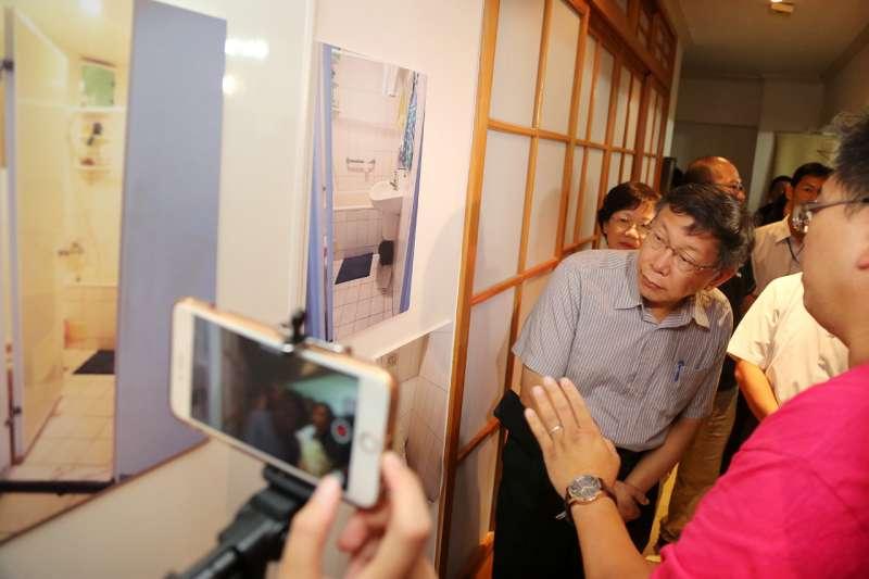 世大運之後,民視追打台北市長柯文哲不歇,作者認為這就是「媒體霸凌」,圖為北市補助低收入戶修繕費,柯文哲視察修繕結果。(台北市政府)