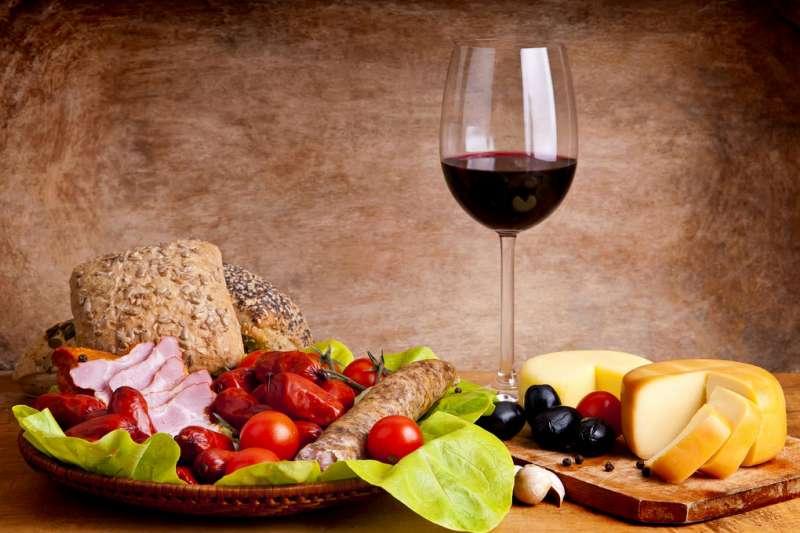 有些葡萄酒跟餐點就是怎麼搭都不對味,以下整理各大食物分類,教你抓對方向挑餐酒。(圖/Matheus Swanson @flickr)