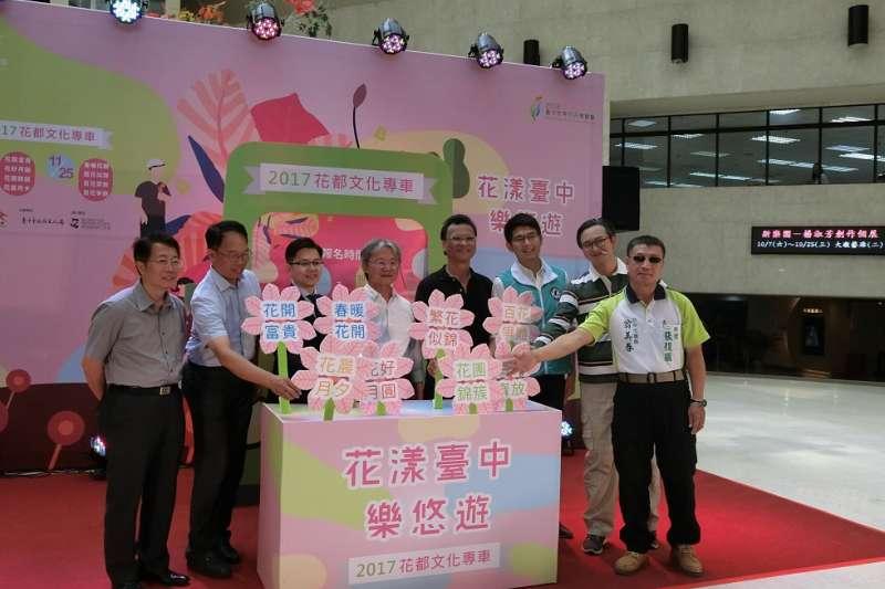台中市政府文化局今年推出的文化專車安排8條路線、10班車次,玩遍花都藝術季展演活動。(圖/王秀禾攝)