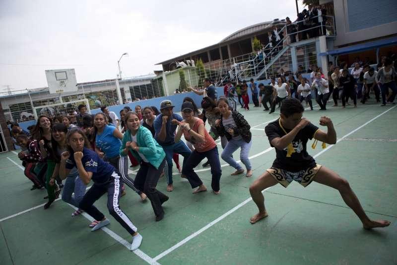 墨西哥針對女性的暴力犯罪日益猖獗,一所高中開辦女學生防身課(美聯社)
