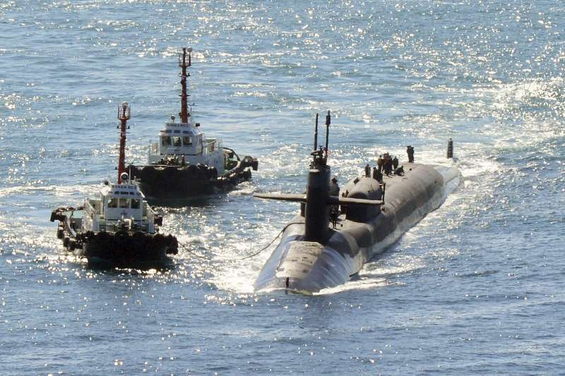 美國核動力潛艦「密西根號」(USS Michigan)10月13日上午駛入南韓釜山港。(AP)