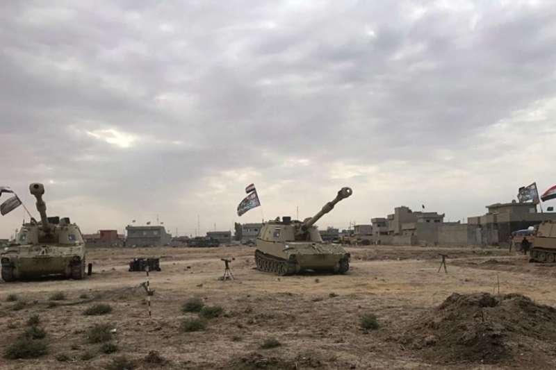 部署在基爾庫克以南的巴希爾村的伊拉克坦克。(美國之音)