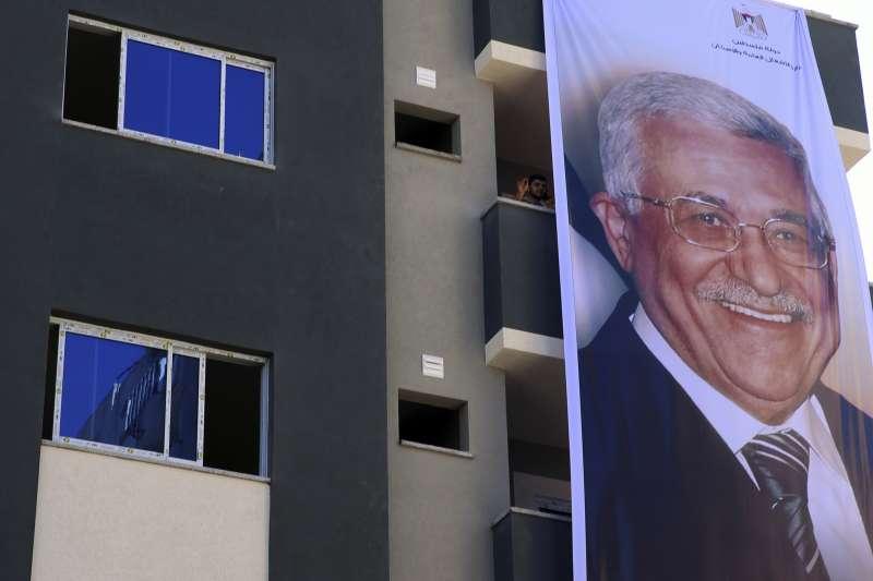 巴勒斯坦大和解:加薩走廊掛起巴勒斯坦自治政府主席阿巴席的巨幅海報(AP)