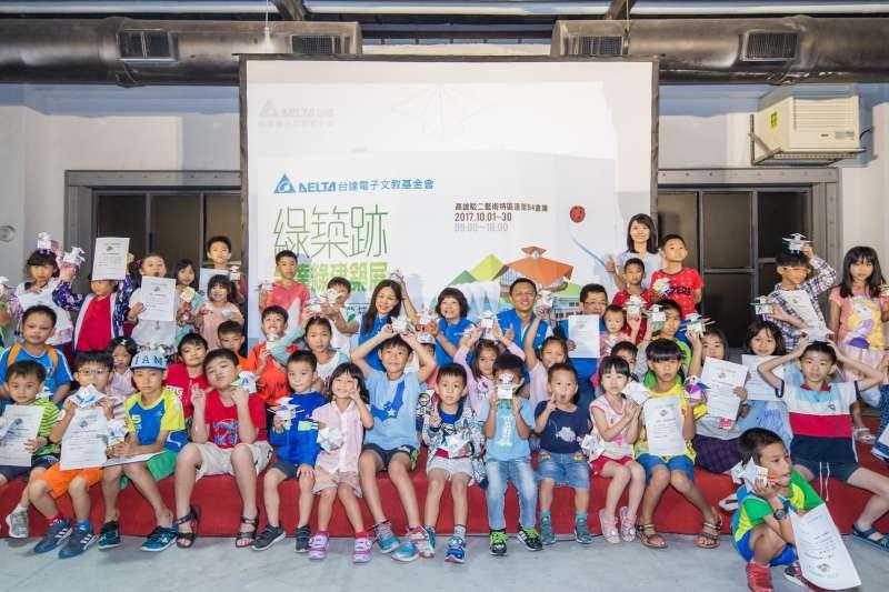 「那瑪夏圖書館機器人手作坊」台達基金會志工們帶領小朋友們將那瑪夏圖書館變身為機器人(圖/台達電子提供)