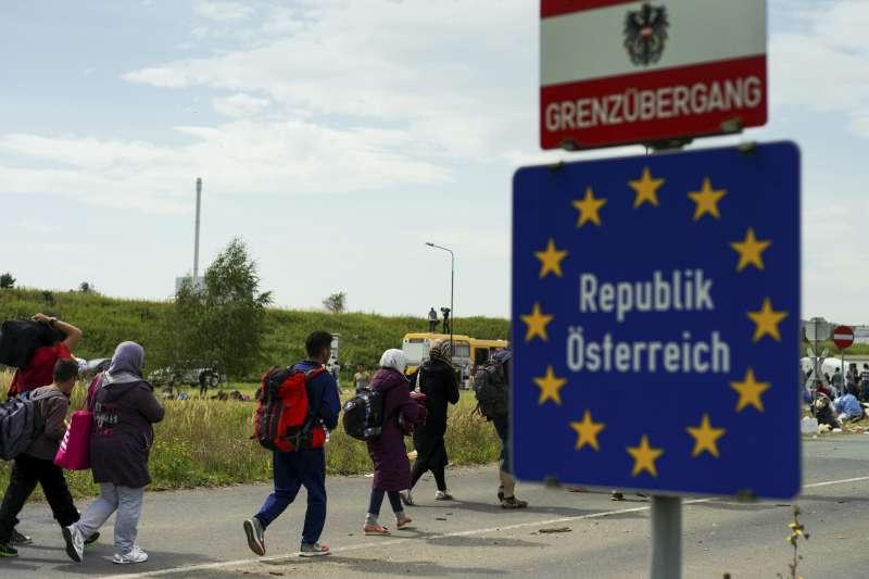奧地利大選:人民黨黨魁庫爾茲在外長任內曾下令關閉邊界,阻止難民入境(AP)
