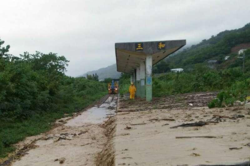 受卡努颱風外圍環流影響,台東縣連日大雨,台鐵太麻里至知本路段更發生土石流,路線遭中斷。(取自fun臺鐵臉書)