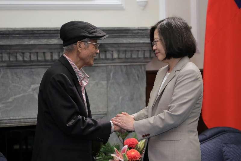 行政院農業委員會前副主任委員戴振耀(左)罹患胰臟癌,今(18)日傳出不敵病魔病逝,享年70歲」。(資料照,總統府提供)