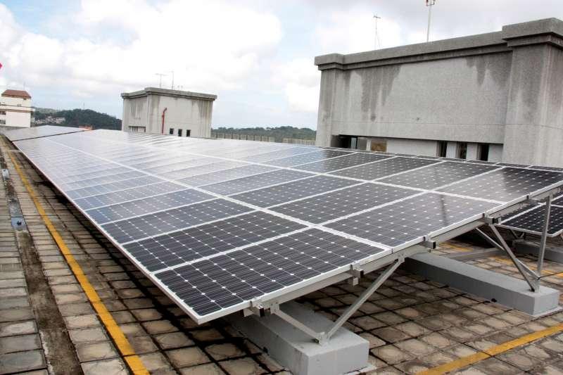 設置太陽能可創省荷包,又有收入。(圖/苗栗縣政府提供)