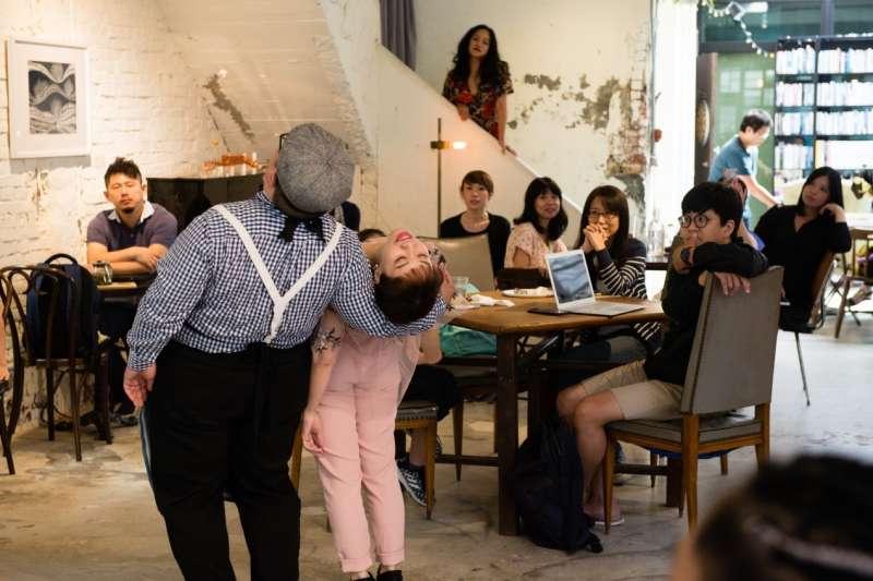 小事製作的舞者們「舞」咖啡館的愛情現場,突來的表演讓現場民眾看得出神。(攝影/藍森松)