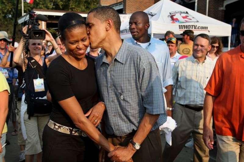 結婚25年,歐巴馬與妻子蜜雪兒的甜蜜感情有目共睹。(圖/遠見雜誌提供)