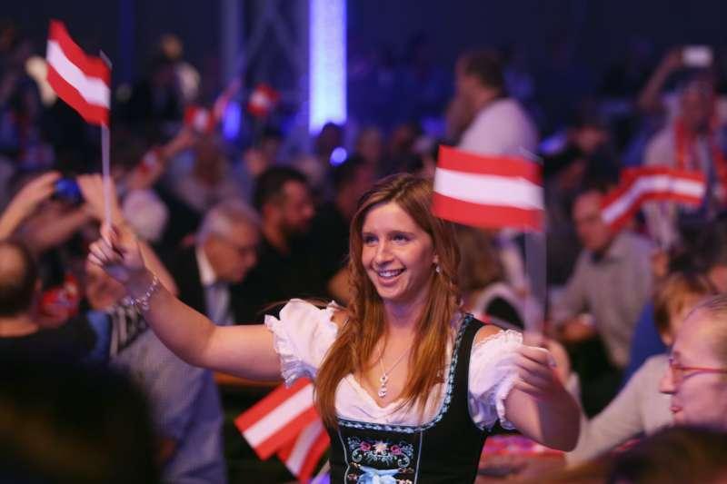 奧地利大選:極右派自由黨睽違逾10年再度入閣,圖為該黨支持者(AP)