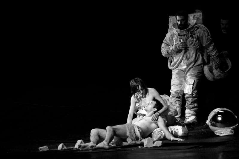本季最不可錯過!希臘劇場幻象大師迪米特里.帕派約安努首次來台,演出作品《偉大馴服者》詮釋時間主宰生命的馬戲團玩笑。(圖/兩廳院【2017舞蹈秋天】提供)