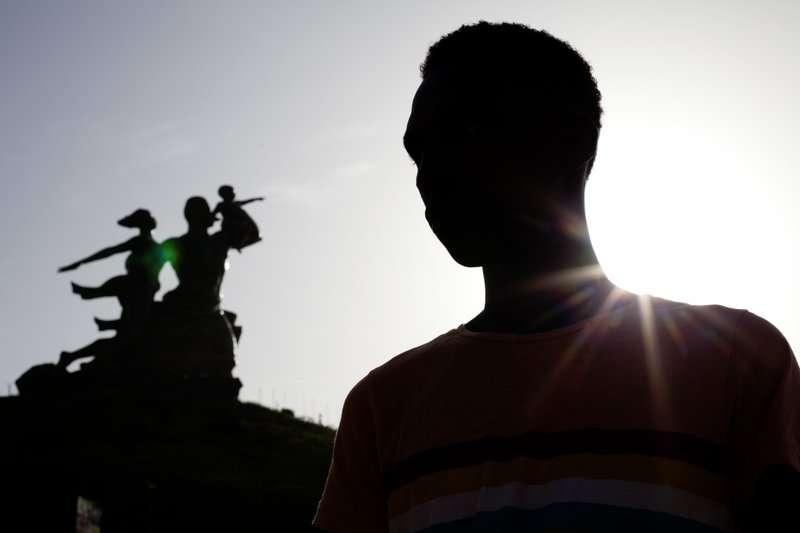 非洲的LGBT社群處境艱難,許多國家將同性戀視為犯罪,更有國家對同志行為判處死刑。 圖為一名遭到暴力對待,而離開甘比亞的同志。(美聯社)