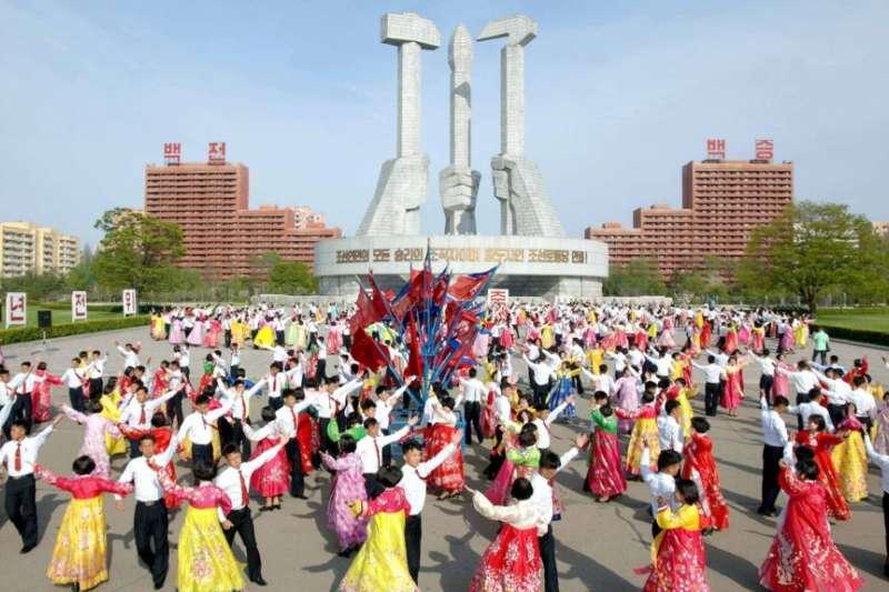朝鮮半島中央通訊社(KCNA)在2017年4月25日提供的照片顯示,朝鮮建軍節期間,人們在廣場上跳舞。