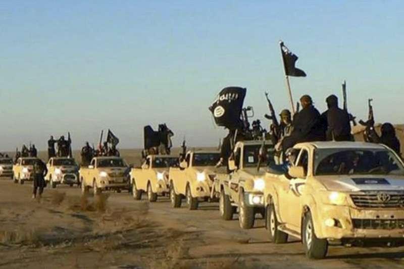 敘利亞北部的伊斯蘭國(IS)「首都」拉卡遭到圍攻,IS戰士紛紛逃亡(AP)