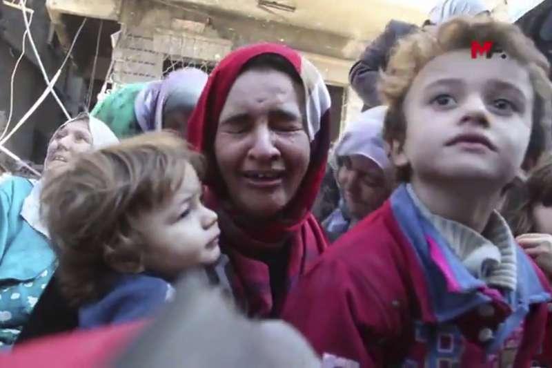 敘利亞北部的伊斯蘭國(IS)「首都」拉卡遭到圍攻,民不聊生(AP)