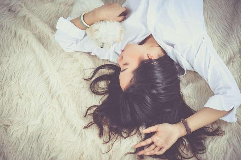 有些人每天只睡4小時,工作效率卻依然很高,這真的做得到嗎?(圖/PEXELS)