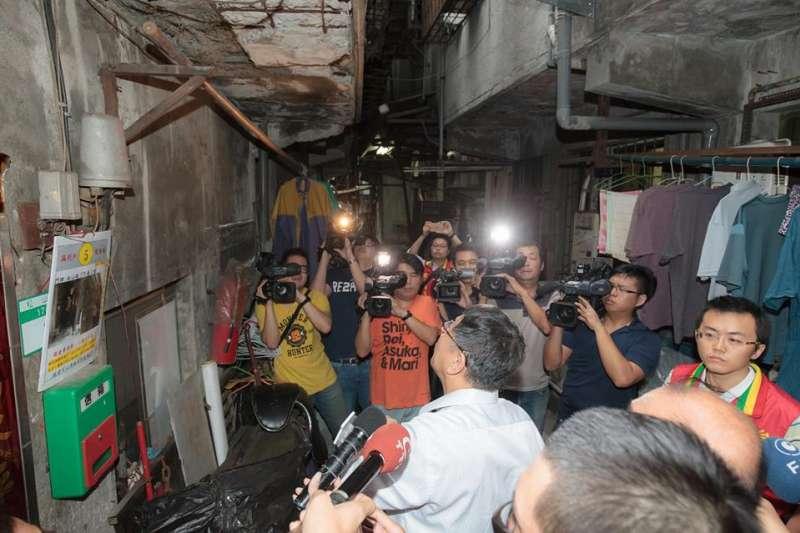 柯文哲今(18)日在臉書表示,台北的房子中屋齡超過30年的大約有一半,如果發生大地震後果不堪設想。(取自柯文哲臉書)