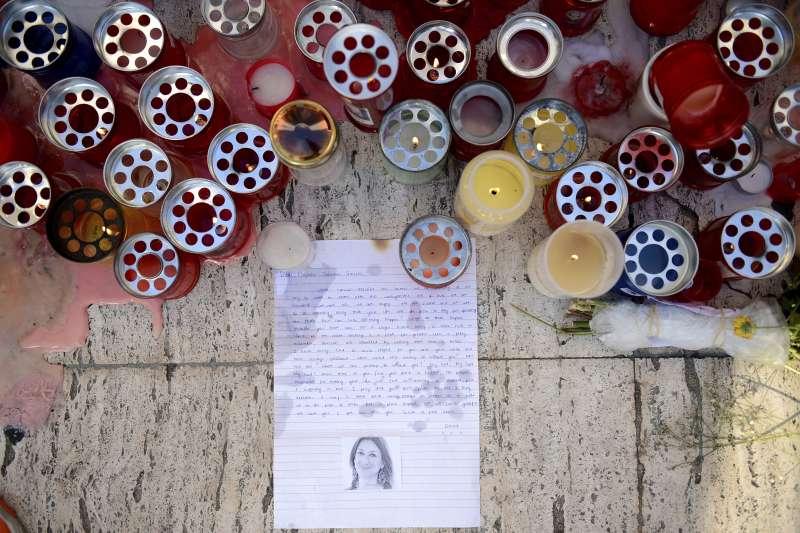 馬爾他女記者嘉麗齊亞(Daphne Caruana Galizia)揭露貪腐,卻遭汽車炸彈攻擊身亡,引爆民眾憤慨。(美聯社)
