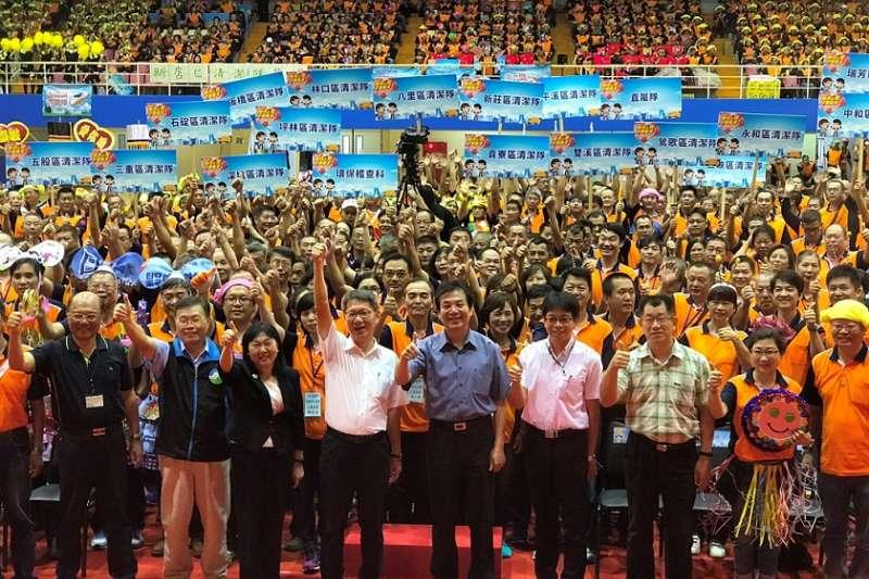 新北市葉惠青副市長(左4)、行政院環境保護署蕭慧娟主任秘書(左3)、環保局劉和然局長(左5)與清潔隊員們歡慶清潔隊員節。(圖/新北市政府提供)
