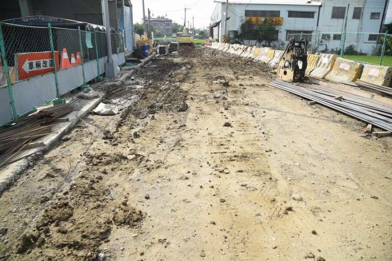 南投縣草屯鎮九號道路(立人路)道路拓寬工程末端工程尚未完成。(圖/南投縣政府提供)