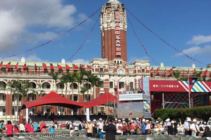 台灣總統府前,雙十慶典之後。(美國之音)