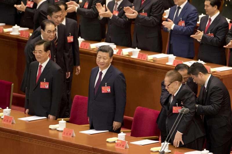 2017年10月18日,中共十九大在北京人民大會堂召開,中共中央總書記習近平發表報告,左為胡錦濤,右為江澤民(AP)