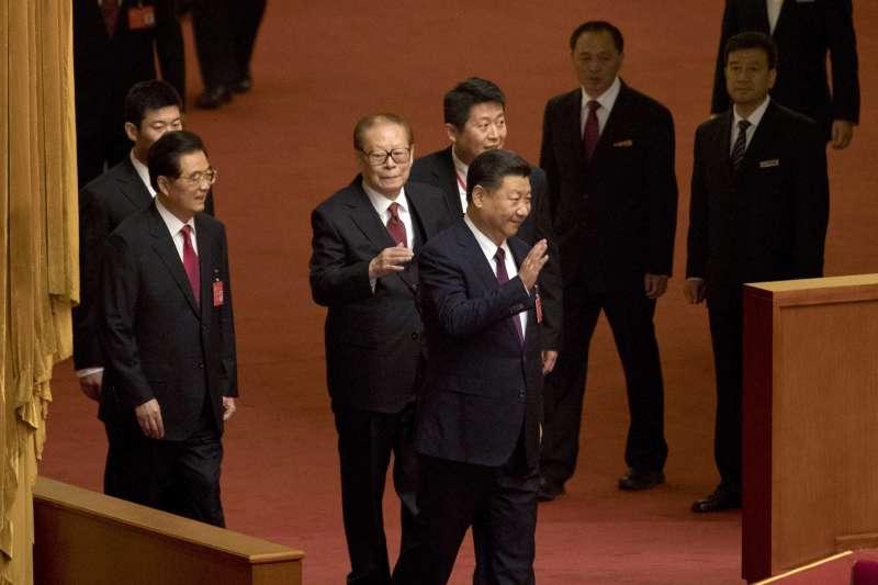 2017年10月18日,中共十九大在北京人民大會堂召開,中共中央總書記習近平發表報告,左為胡錦濤,中為江澤民(AP)