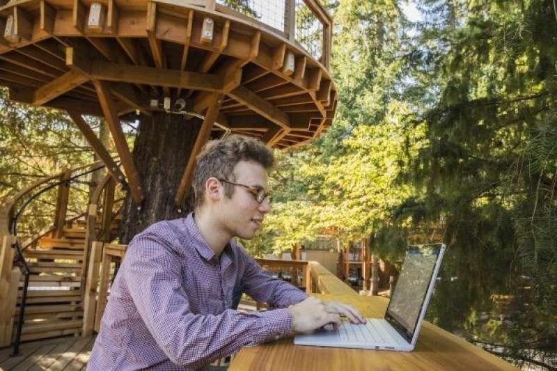 辦公空間總是一成不變嗎?微軟替員工打造了一座樹屋,結合會議室與戶外工作空間,要讓員工走入大自然,激發更多創意力,也舒緩工作情緒。(圖∕取自Microsoft,數位時代提供)