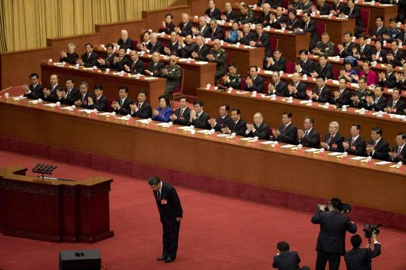 2017年10月18日,中共十九大在北京人民大會堂召開,中共中央總書記習近平發表報告(AP)