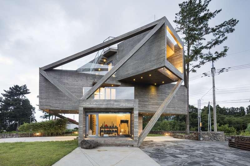 這座位於濟州島的建築乍看突兀,其實建築師設計時仔細考量了當地的氣候和風貌。(圖/取自Moon Hoon)