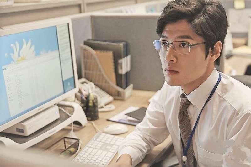 40多歲的工程師竟然單眼視力度數激增,若有這七大症狀,「眼中風」也會找上你。(示意圖,非當事人/ 드라마 미생@facebook)