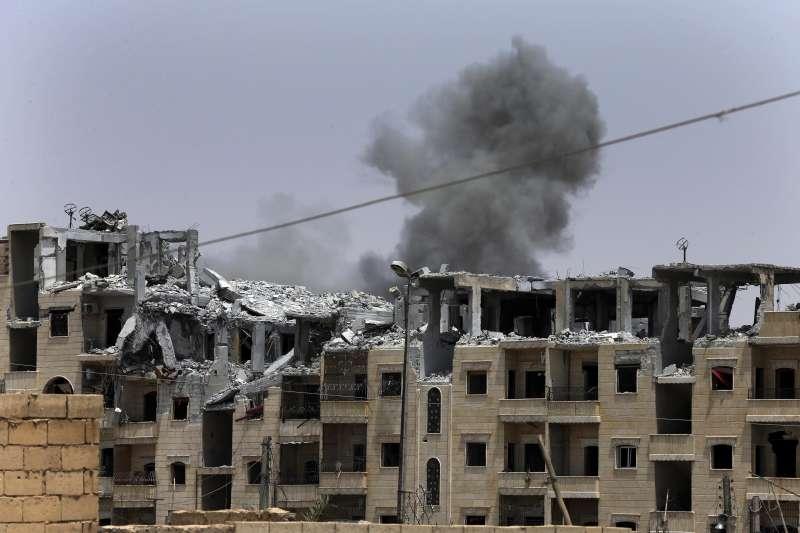 以庫德族為主力的「敘利亞民主軍」(SDF)圍攻伊斯蘭國(IS)「首都」拉卡,美軍以空襲助戰(AP)