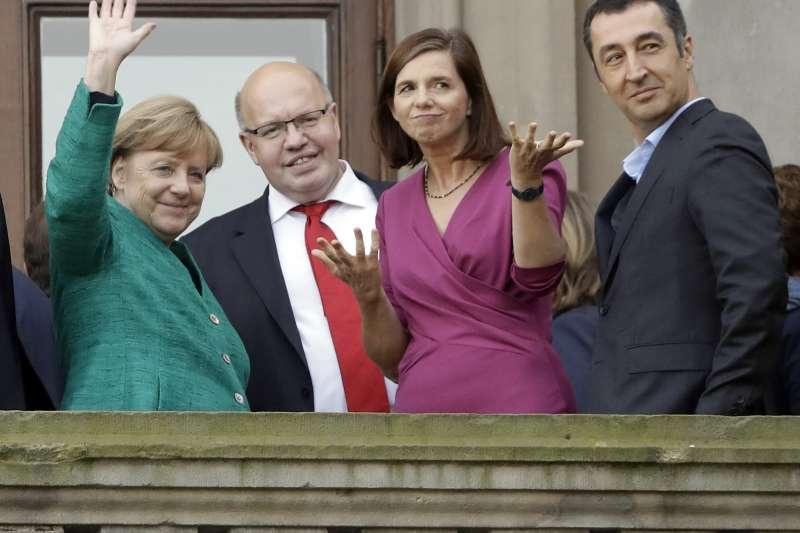 由左至右為德國總理梅克爾、聯邦總理府部長阿爾特邁爾,及綠黨國會黨團主席格林-埃卡爾德和綠黨黨主席歐德米