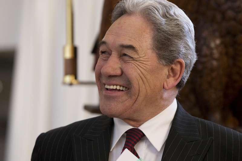 紐西蘭優先黨黨魁彼得斯(中)決定與工黨組閣(AP)
