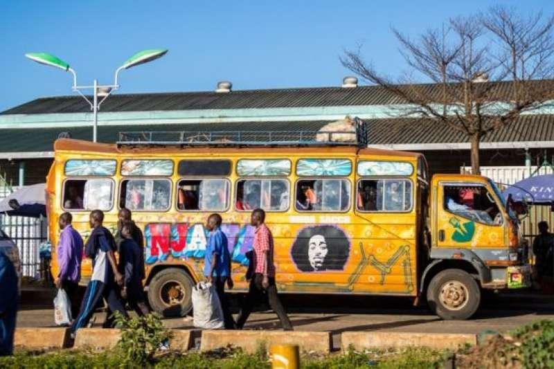 肯尼亞首都內羅畢(奈洛比)街上的小巴士matatus。